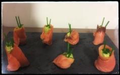 Rollitos de salmón rellenos de aguacate